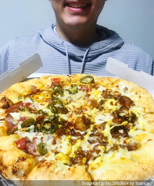 ピザを持っている男の写真・画像素材[2893854]