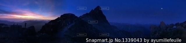 夕日と月と槍ヶ岳の写真・画像素材[1339043]