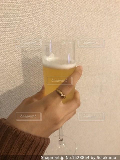 グラスと指輪の写真・画像素材[1528854]