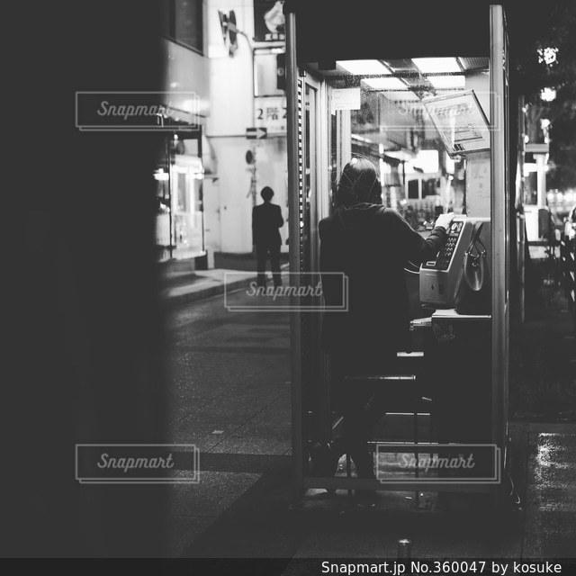 夜,モノクロ,街明かり,公衆電話,街あかり