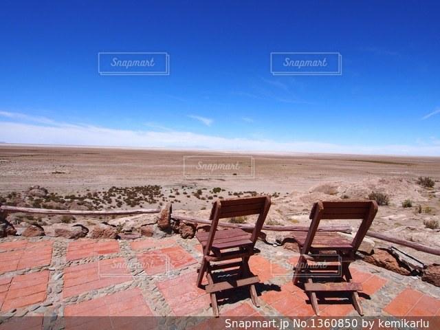ビーチの前に座っている椅子の写真・画像素材[1360850]