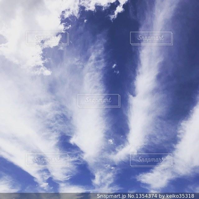 青空に放射線状に伸びる雲。の写真・画像素材[1354374]
