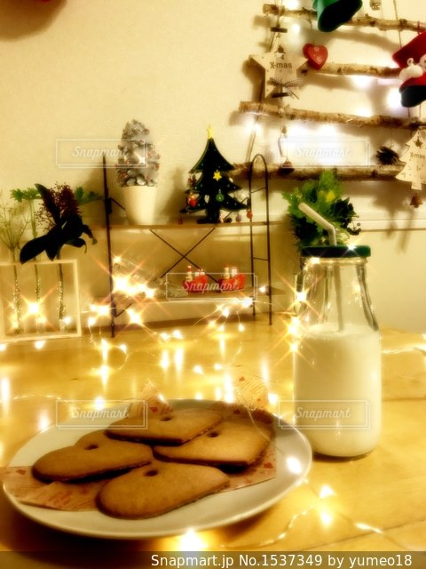 クリスマスイブの夜サンタさんへのクッキーとミルクの写真・画像素材[1537349]