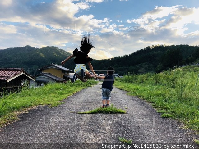 ジャンプしようぜ!の写真・画像素材[1415833]