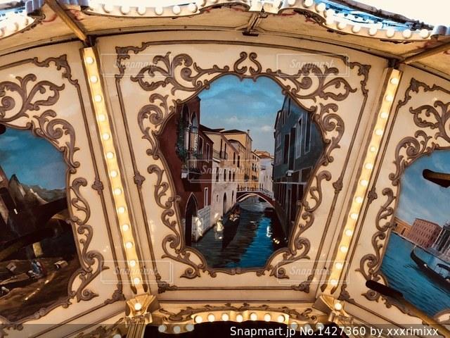 遊園地のメリーゴーランドの天井を撮影しました。の写真・画像素材[1427360]