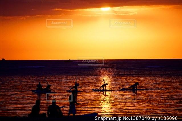 水の体に沈む夕日の写真・画像素材[1387040]