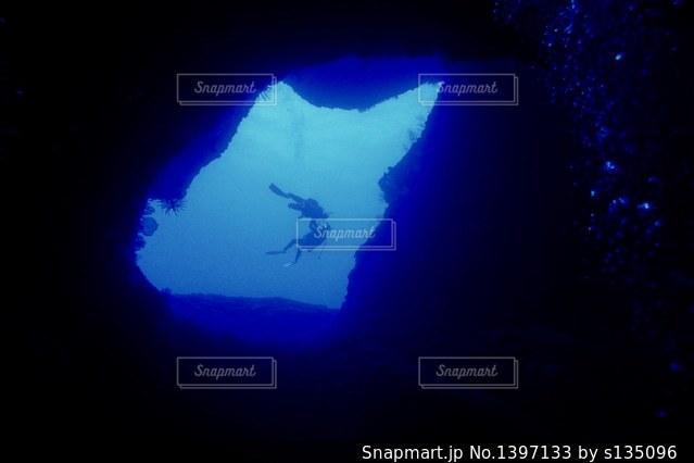 暗い部屋で青い光の写真・画像素材[1397133]