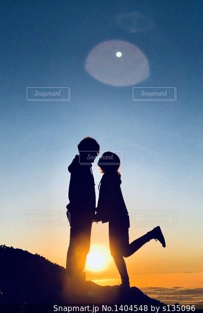 日没の前に立っている人の写真・画像素材[1404548]