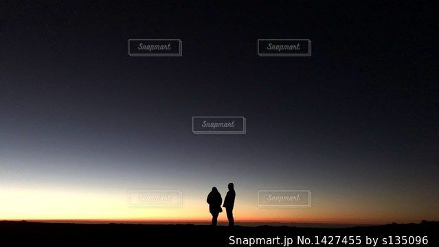 日没の前に立っている人の写真・画像素材[1427455]