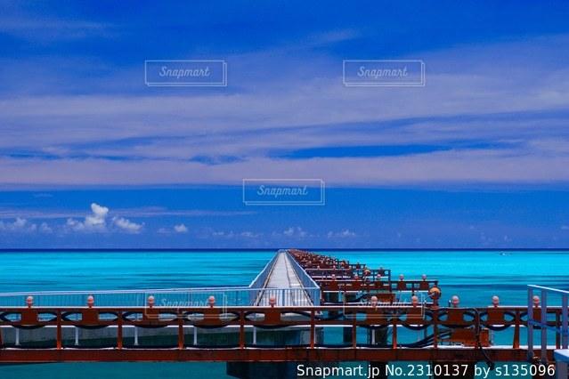 水域の前に桟橋があるビーチの写真・画像素材[2310137]