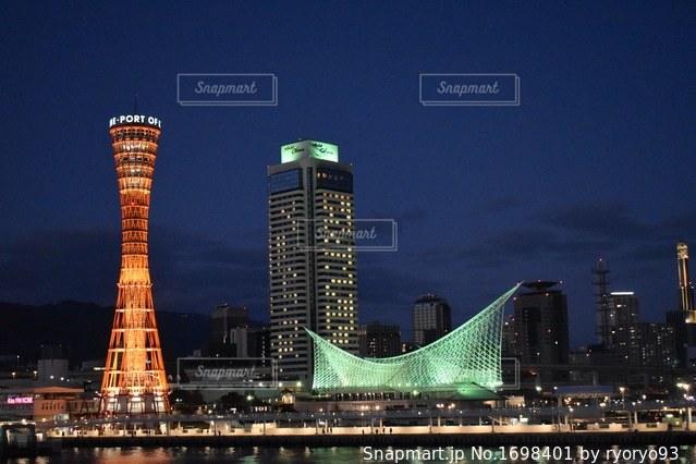 夜の街にそびえる大きな塔の写真・画像素材[1698401]