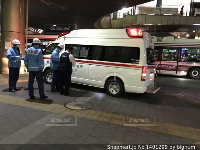 救急車と救急隊員と警官の写真・画像素材[1401299]