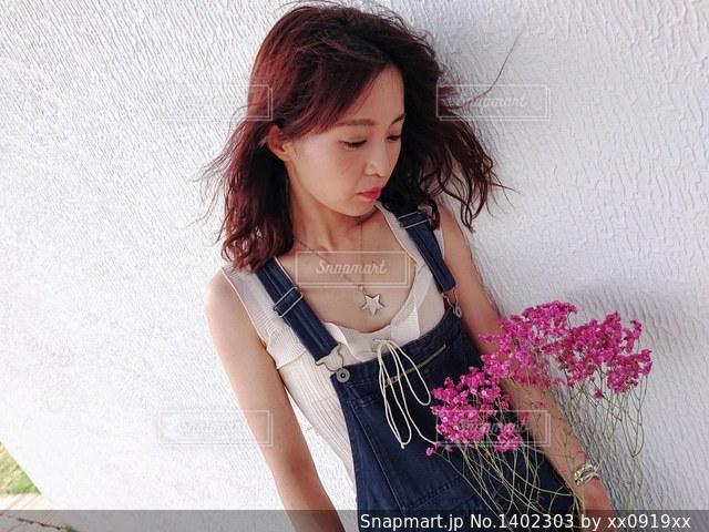 ドレスを着ている女性の写真・画像素材[1402303]