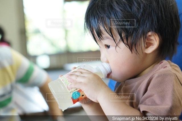 暑い中でのリンゴジュース一気飲みの写真・画像素材[3433238]