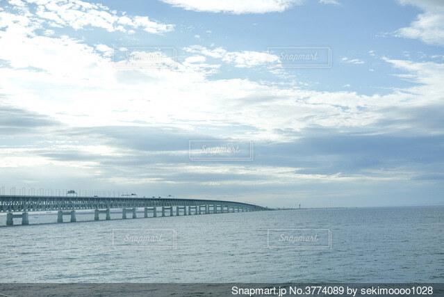 水の体に架かる橋の写真・画像素材[3774089]