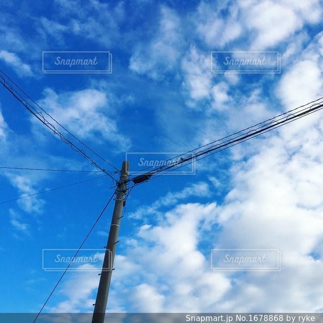 電柱と空と雲の写真・画像素材[1678868]