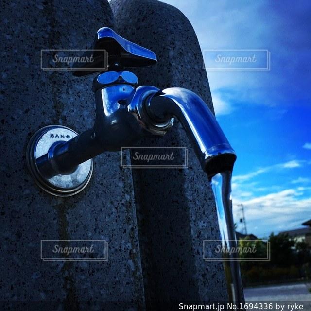 空と水道の蛇口の写真・画像素材[1694336]