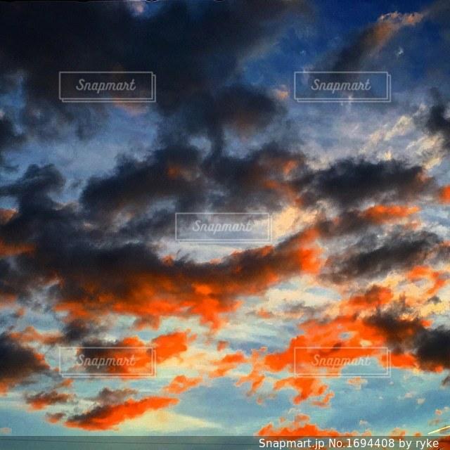 空には雲のグループの写真・画像素材[1694408]