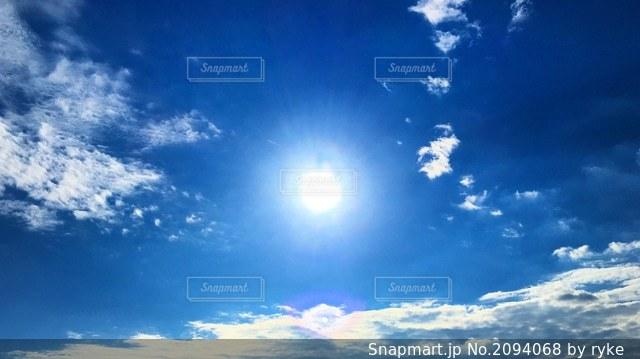 青空と太陽の写真・画像素材[2094068]
