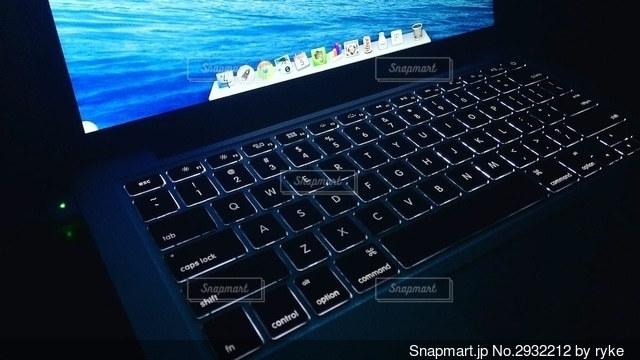 暗闇の中のMacBook Proの写真・画像素材[2932212]