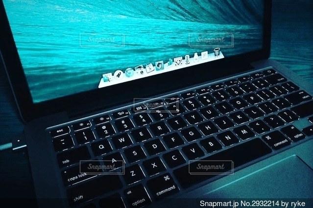 テーブルの上に座っているオープンラップトップコンピュータの写真・画像素材[2932214]