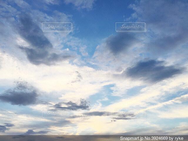 空と雲と日差しの写真・画像素材[3924669]