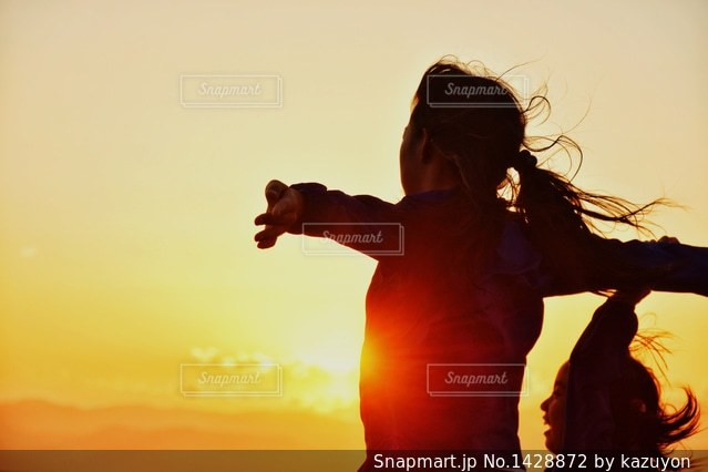 夕日に向かっての写真・画像素材[1428872]