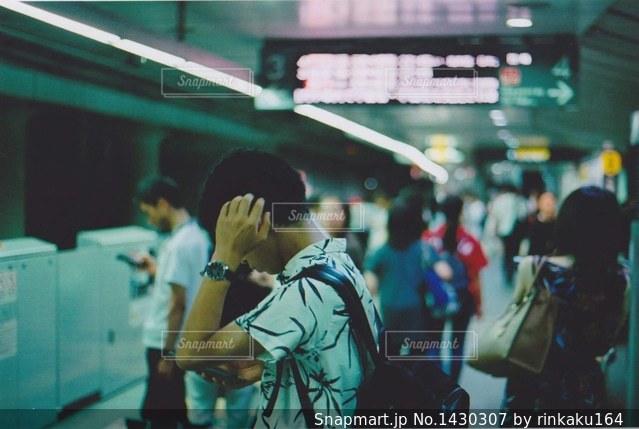 地下鉄を待つ人。多分スマホを見ながら。の写真・画像素材[1430307]
