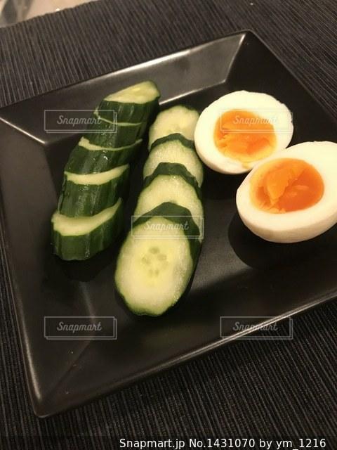 テーブルの上に食べ物のトレイの写真・画像素材[1431070]