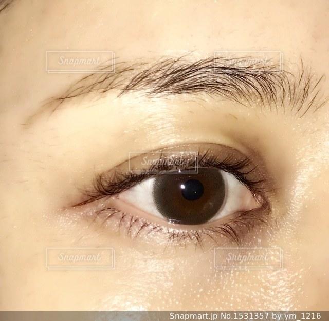 近くに人の目のアップの写真・画像素材[1531357]