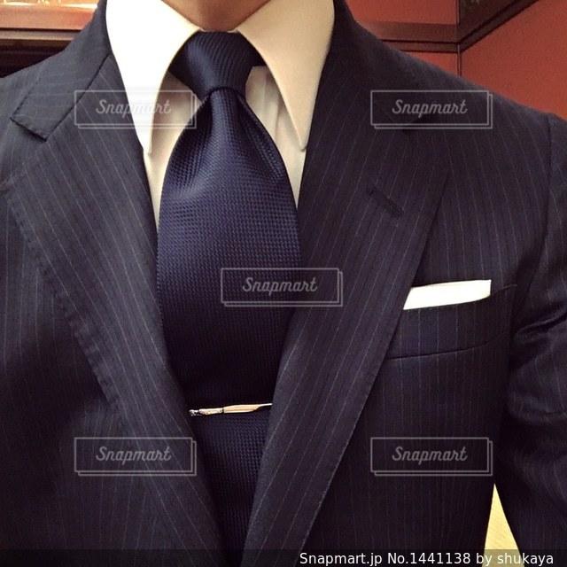 スーツとネクタイを身に着けている男の写真・画像素材[1441138]