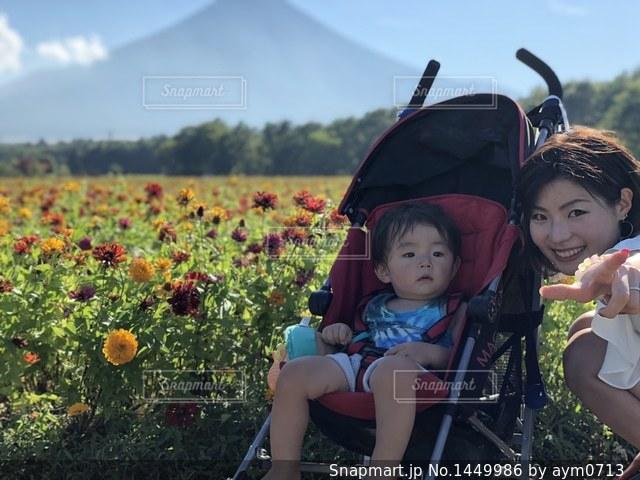 お花畑で息子とツーショット!の写真・画像素材[1449986]