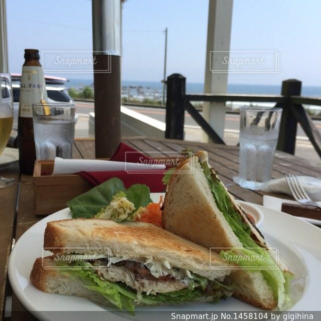 海沿いカフェのサンドイッチの写真・画像素材[1458104]