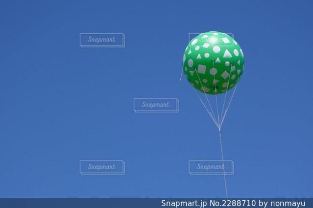 青空に映えるメロン色の可愛いバルーンの写真・画像素材[2288710]