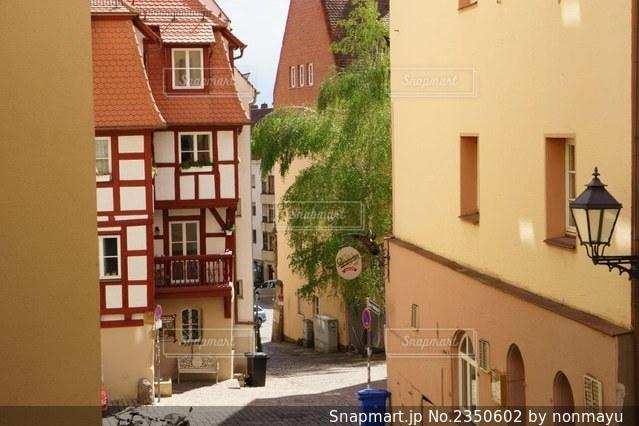 カラフルで趣き深いドイツニュルンベルクの路地風景の写真・画像素材[2350602]