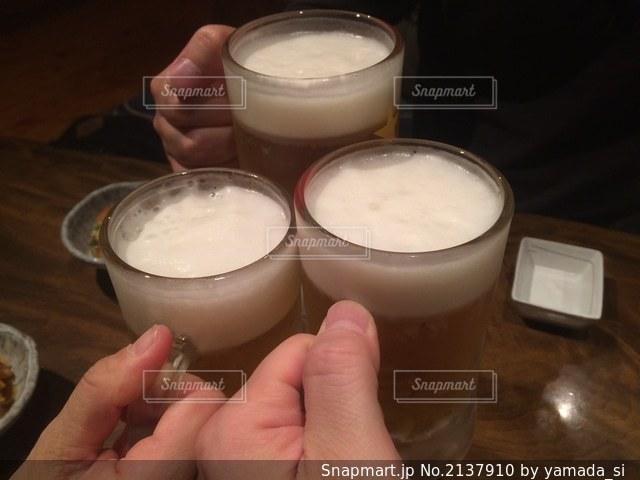 ビール持っている手の写真・画像素材[2137910]
