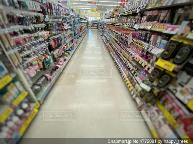 ドラッグストアのヘアケア商品が並ぶ棚の写真・画像素材[4772081]