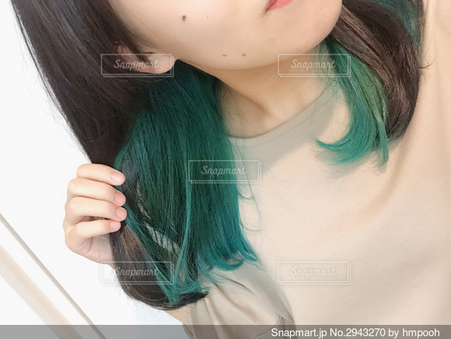 インナーカラーグリーンの女の子の写真・画像素材[2943270]