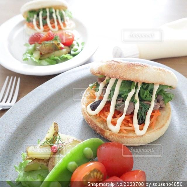 イングリッシュマフィンで作った野菜たっぷりのサンドイッチの写真・画像素材[2063708]