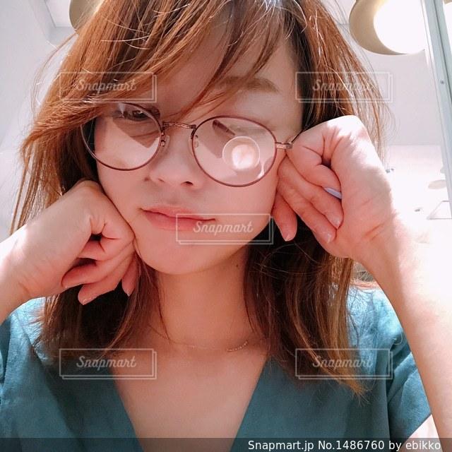近くにガラスを身に着けている女性のの写真・画像素材[1486760]
