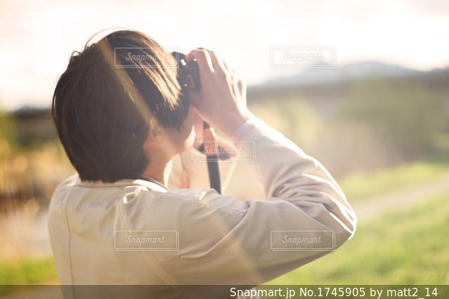写真を撮る男性の写真・画像素材[1745905]
