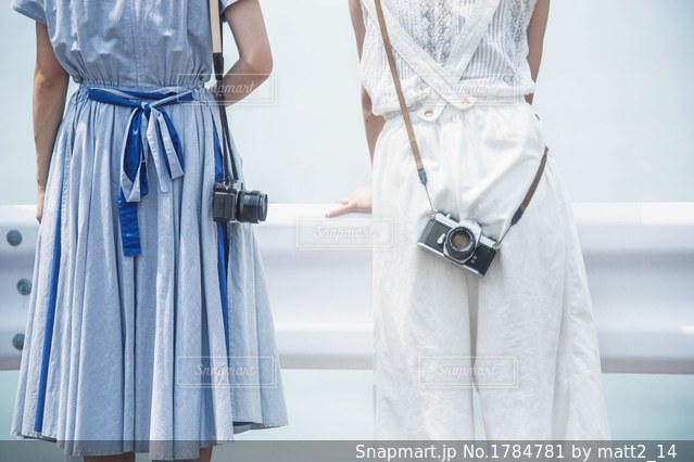 青と白のカメラ女子の写真・画像素材[1784781]