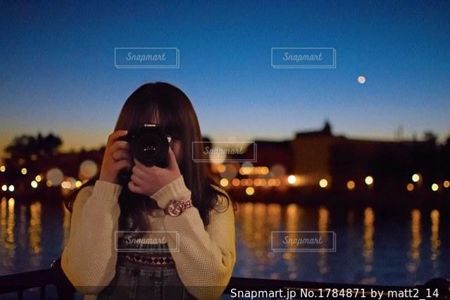 夜景とカメラ女子の写真・画像素材[1784871]