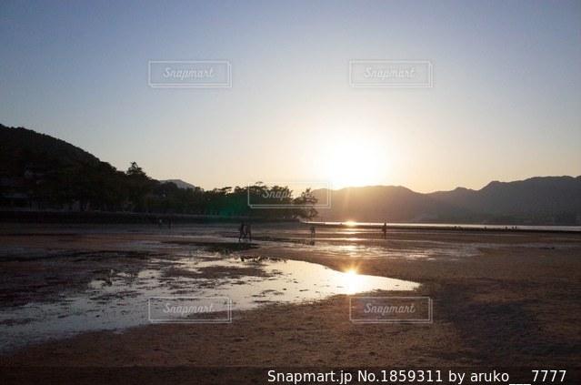 厳島神社沿いを歩く人の写真・画像素材[1859311]
