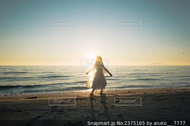 ビーチを歩く人の写真・画像素材[2375165]