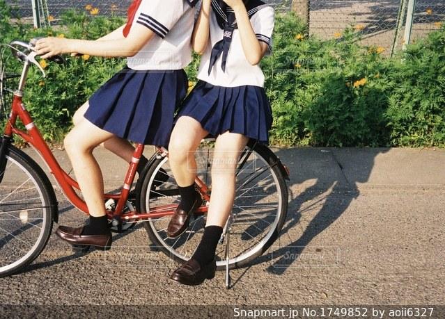 自転車の後ろに乗る女の子の写真・画像素材[1749852]