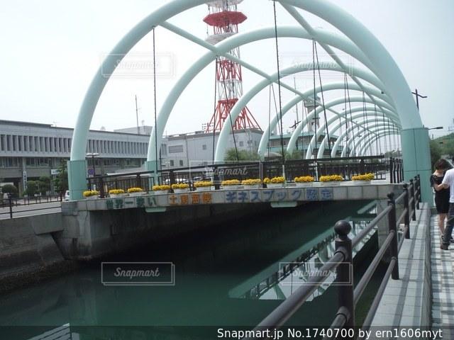 橋の上の大きな長い列車の写真・画像素材[1740700]