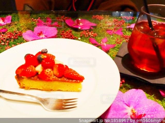 テーブルの上に食べ物のプレートの写真・画像素材[1858967]