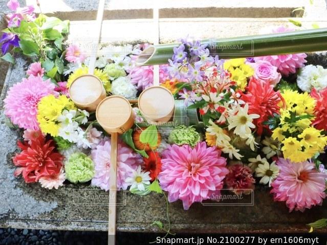 テーブルの上のピンクの花の束の写真・画像素材[2100277]