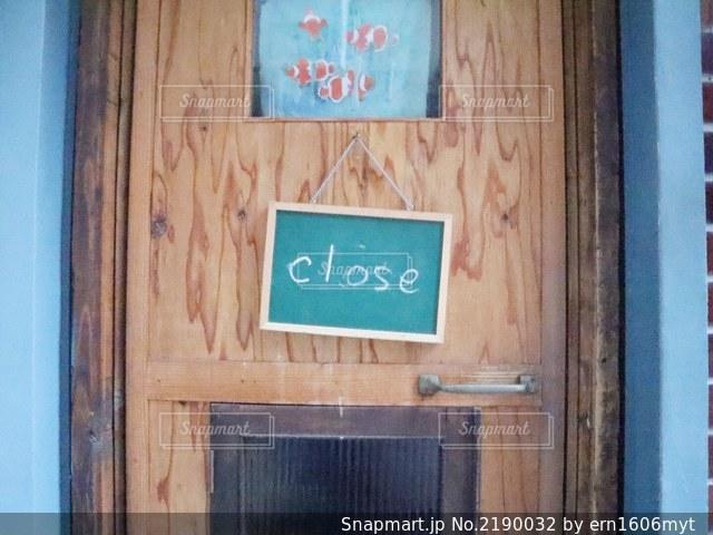 木製のドアの上の看板の写真・画像素材[2190032]